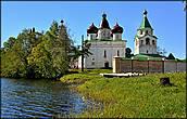 Монастырь расположен в окружении воды
