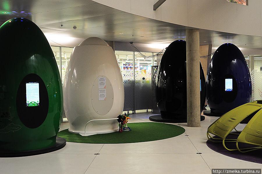 Сразу у входа — странные штуковины — яйца, которые помогают постичь своё Я. Каждое из них определённого цвета и позволяет сконцентрировать на чём-то отдельном, например, интеллект и пр. Нужно зайти внутрь, слушать инструкции и делать. Но там очень странно :)