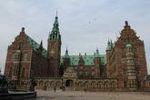 Замок Кристиана IV, названный в честь отца,  с фронтальной стороны. Правая часть замка носит название — Крыло Принцессы (1608 г).