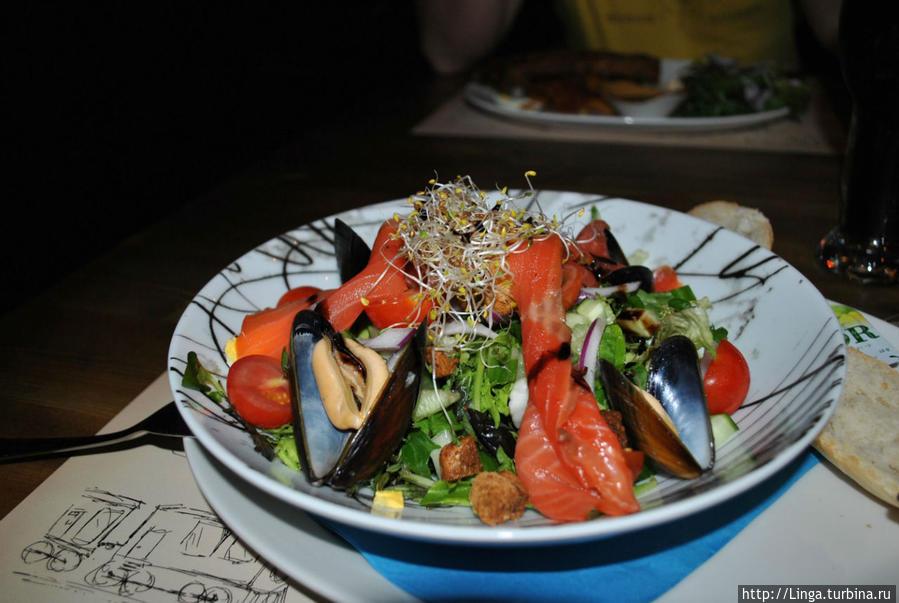 Салат с копченым лососем и мидиями. 170 NOK