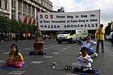 Китайцы протестуют против гонений на общество Фалунг Гонг в Китае.