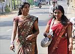 Эти девушки вовсе не собрались в театр. Нарядно одетых  и с украшениями женщин можно было нередко встретить на улицах Тринкомали. Кстати, сари является дресс-кодом во многих государственных учреждениях Шри-Ланки