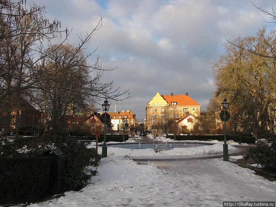 Фонтан (работает и зимой) в парке.