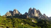 Выбегаю дальше за приют и держу путь наверх к невероятным по красоте скалистым горам.