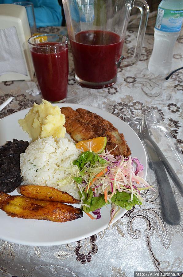традиционный обед с рыбой (платан, рис, бобы, салат, сок, лимоно-апельсинчик) — это вкусно и питательно.