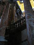 Мраморная лестница дворца (по ней нужно подняться к кассам) впечатляет, хотя и уступает российским