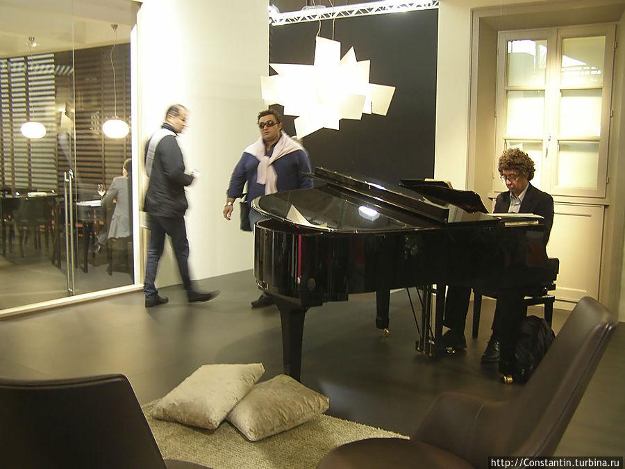 Можно поставить рояль и пригласить музыканта.