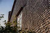Дом с стеной из ракушек. Испания.