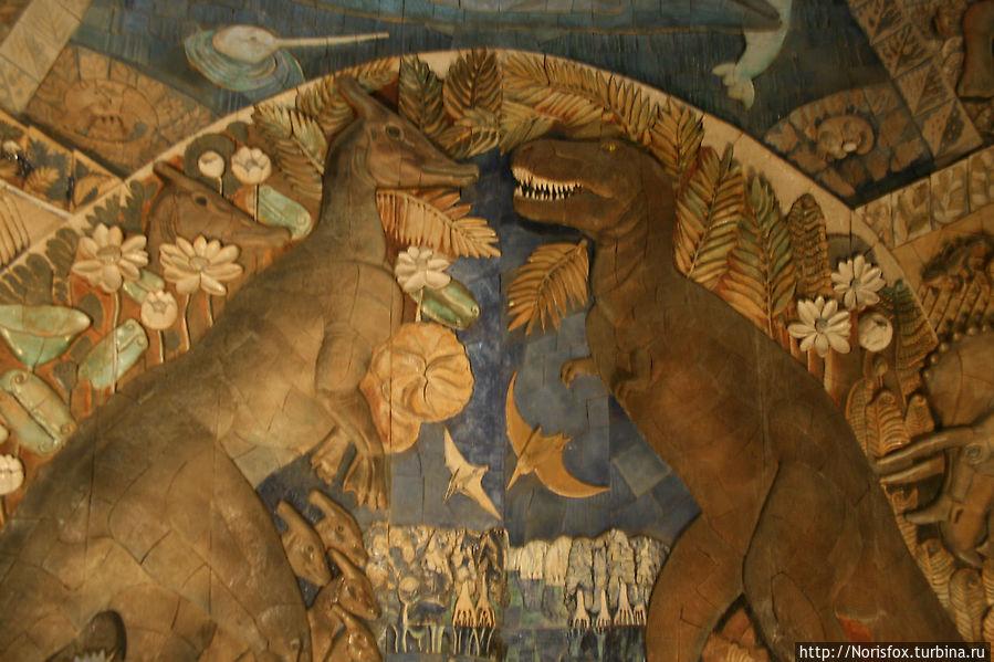 Мозаичное панно музея.