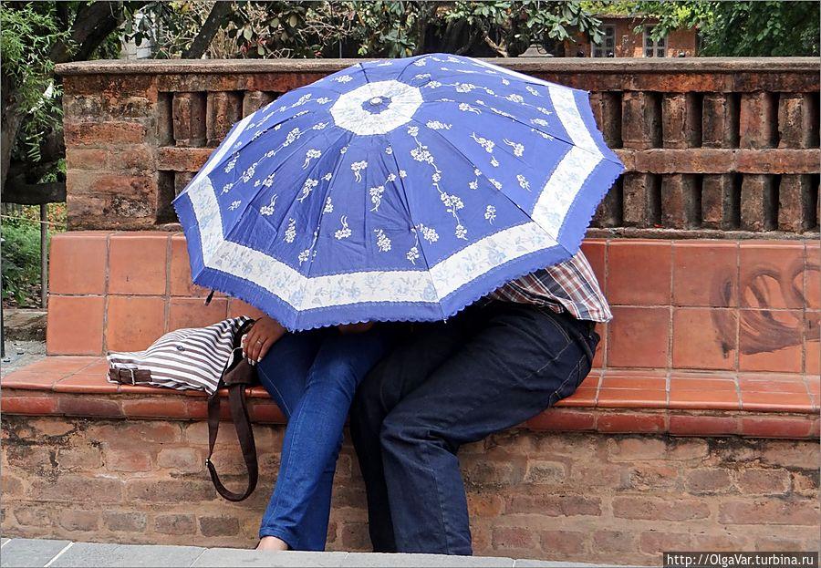 Зонт для влюбленных: Если возьму я зонт голубой,  То полечу высоко с облаками.  Там в небесах, может, стану луной  И растворюсь со своими мечтами…