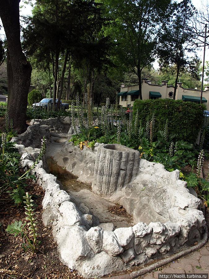 Цветник с бассейном около монумента