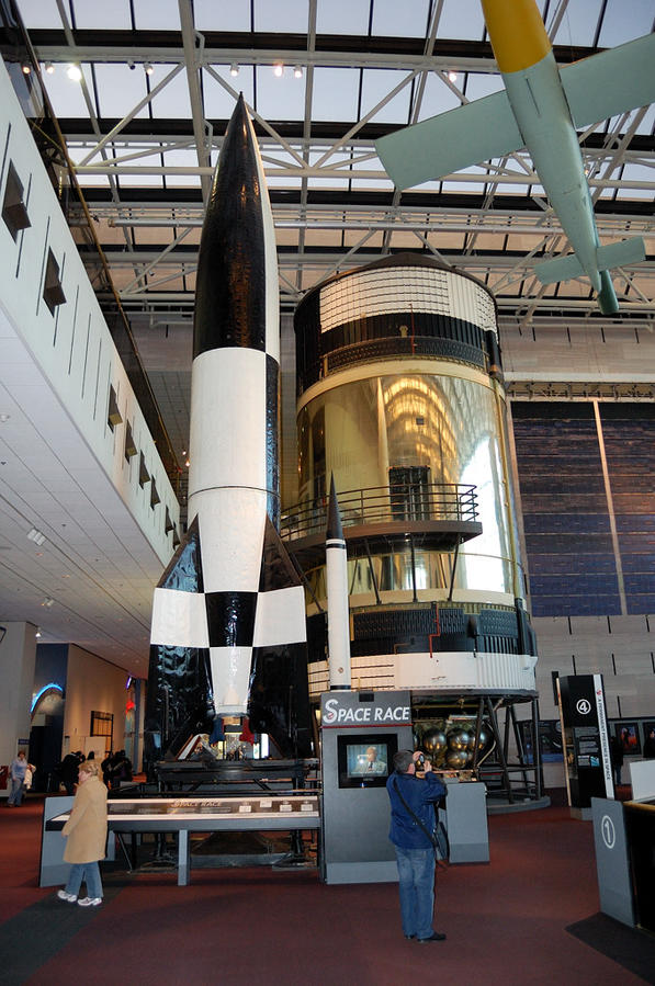 Немецкая ракета Фау-2. От нее пошло развитие космических программ и США, и СССР. Первая ракета Королева Р-1 была точной копией немецкой Фау-2.