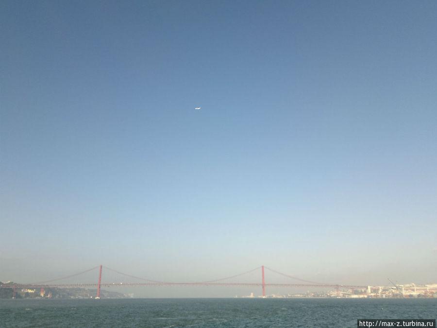 во время переправки с одного берега Тежу на другой не грех воспользоваться случаем и запечатлеть мост 25 апреля во всей его красе