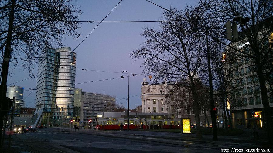 справа здание отеля и трамвай