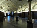 В первом же зале понимаешь, что пришёл сюда не зря!  Зал Розы (Малый Рыцарский зал) — обеденный зал для особ, приближённых к королю. Этот зал сейчас мы можем видеть только благодаря тому, что сохранилось множество изображений его, по которым его и восстановили после пожара. От того зала сохранилась лишь чёрная колонна в центре и решётка камина.