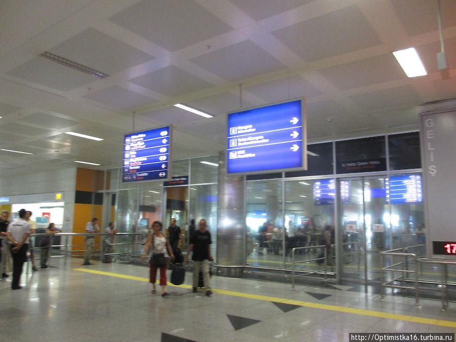 В зале прилёта аэропорта