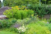А ограду сада можно оформить вот так.