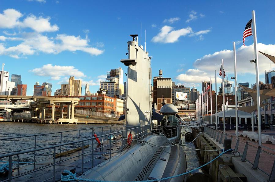 Подводная лодка на фоне Нью-Йорка