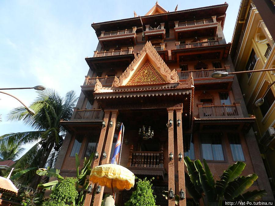 Центральный вход. Здание довольно новое, но выполнено в классическом кхмерском стиле.