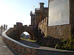 Находится замок в городе Понферрада, столице комарки El Bierzo, в старинном королевстве, а ныне испанской провинции — Леон. Он возвышается на высоком холме у слияния двух рек — Боэса и Сил.