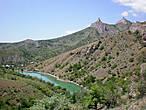 С запада возвышается гора Верблюд и скала Свидание (Курача — Кая). Если вы влюблены, вам нужно обязательно вместе со своей любимой или любимым подняться на эту гору.