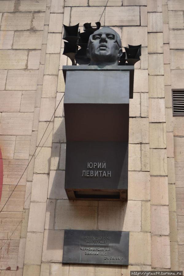 Памятник знак и табличка, на которой написано: