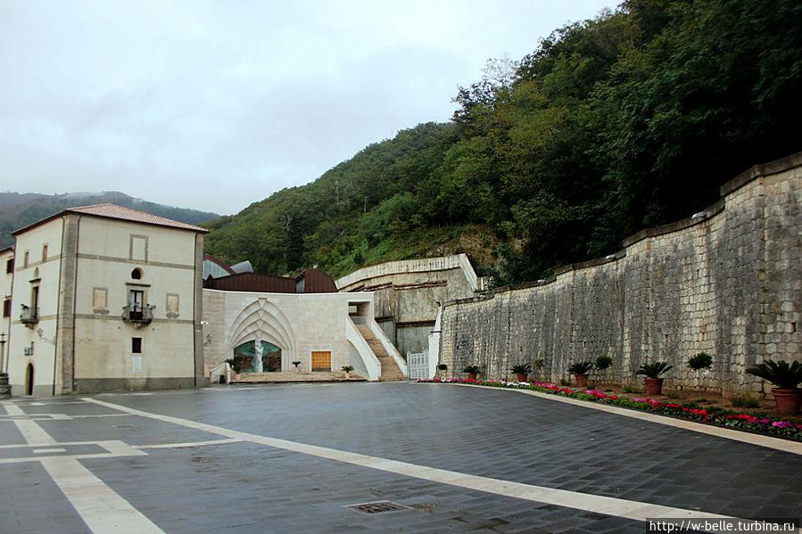 Перед сантуарием находится просторная площадь, с правой стороны которой расположена современная базилика (2000 г.).