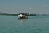 Австрийский кораблик на фоне острова Майнау