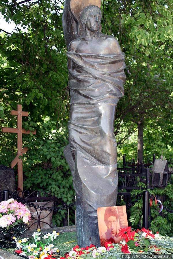 Первый, кому мы принесли цветы и самый первый от входа — Владимир Высоцкий. Памятник которому мне категорически не нравится! В нем нет самой главной черты Высоцкого — невероятной мужской харизмы. Москва, Россия