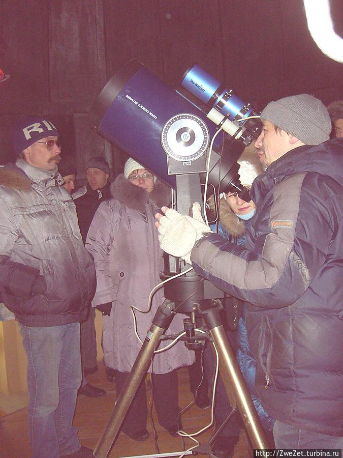 Наш экскурсовод по звездному небу у телескопа