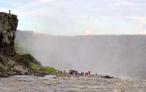 К водопаду Деттифосс можно подъехать и со стороны левого берега