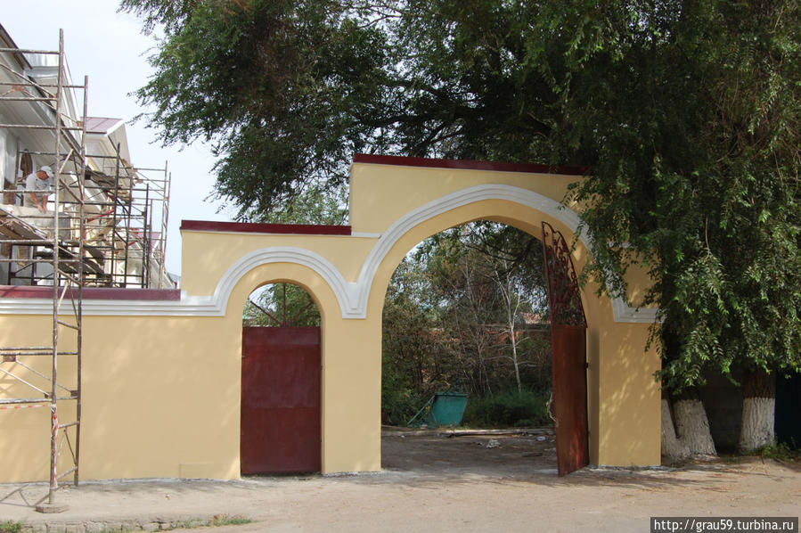 Арка возле Атаманского дома, на ней виден двор