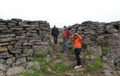 Стены крепости натуральные, но кое-где доложены каменной кладкой