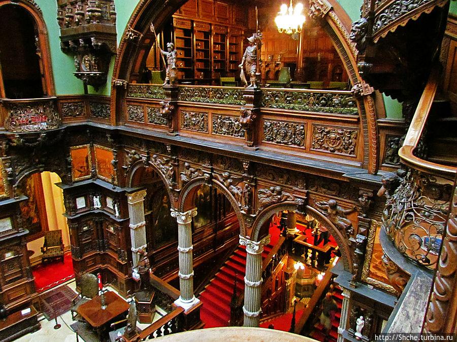 вид со внутринних балконов второго этажа