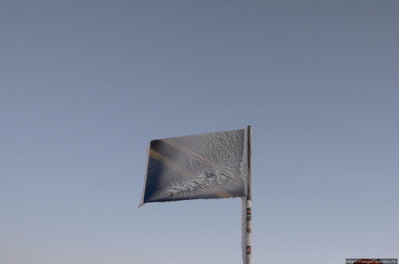 Флаг Танзании на пике Социалист- вершине вулкана Меру. Моши, Танзания