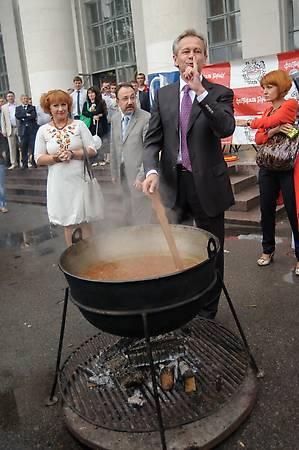 Даже мэр города Борщёва умеет варить борщ! :)