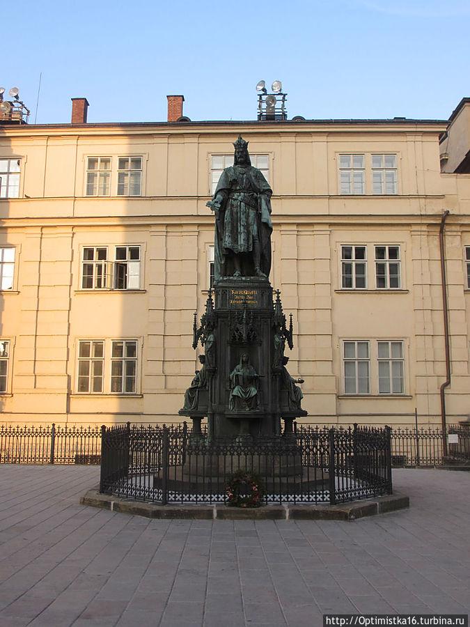 Рядом с церковью Св. Франциска — памятник Карлу IV,   королю Чехии, императору Священной Римской империи