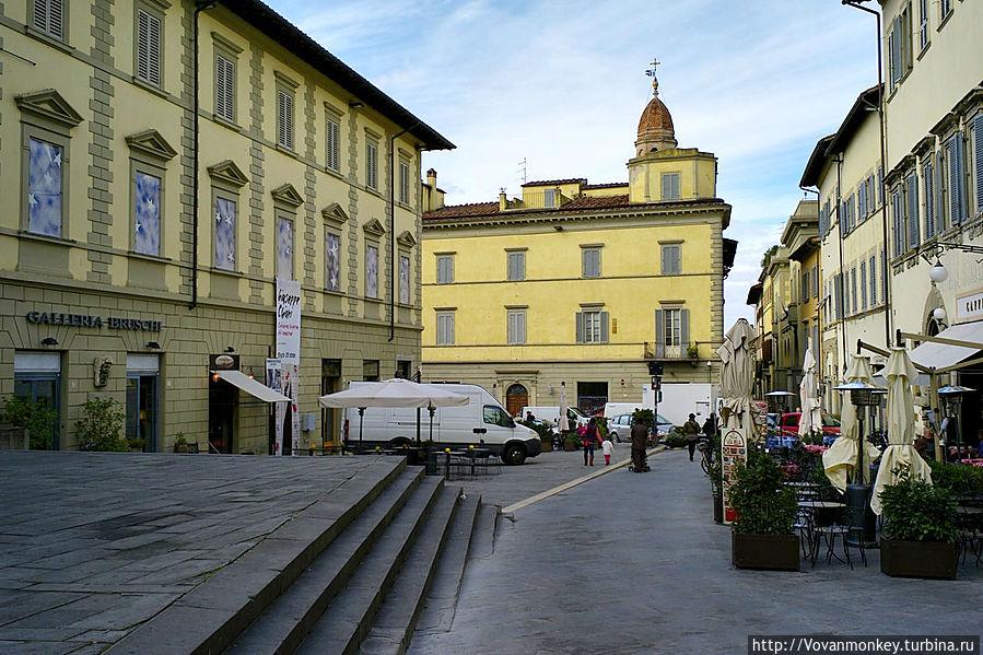 Площадь Сан Франческо. Справа наша таверна, слева городской музей, и левее за кадром ступени Базилики Сан Франческо