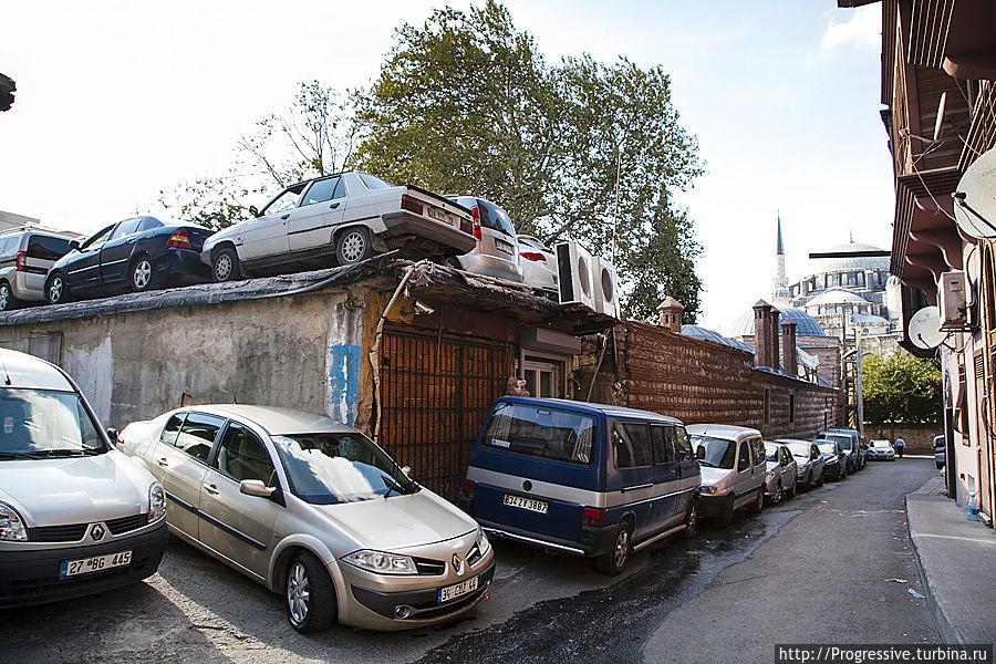 С парковкой очень плотно. Реально ставят машины на крышах! Стамбул, Турция