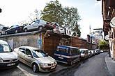 С парковкой очень плотно. Реально ставят машины на крышах!