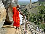 На полпути к вершине. Монахи в красных одеяниях...