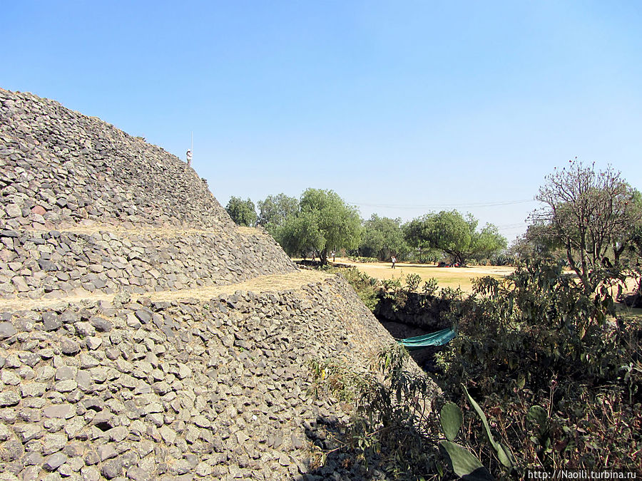 Пирамида с трех сторон окружена рвом