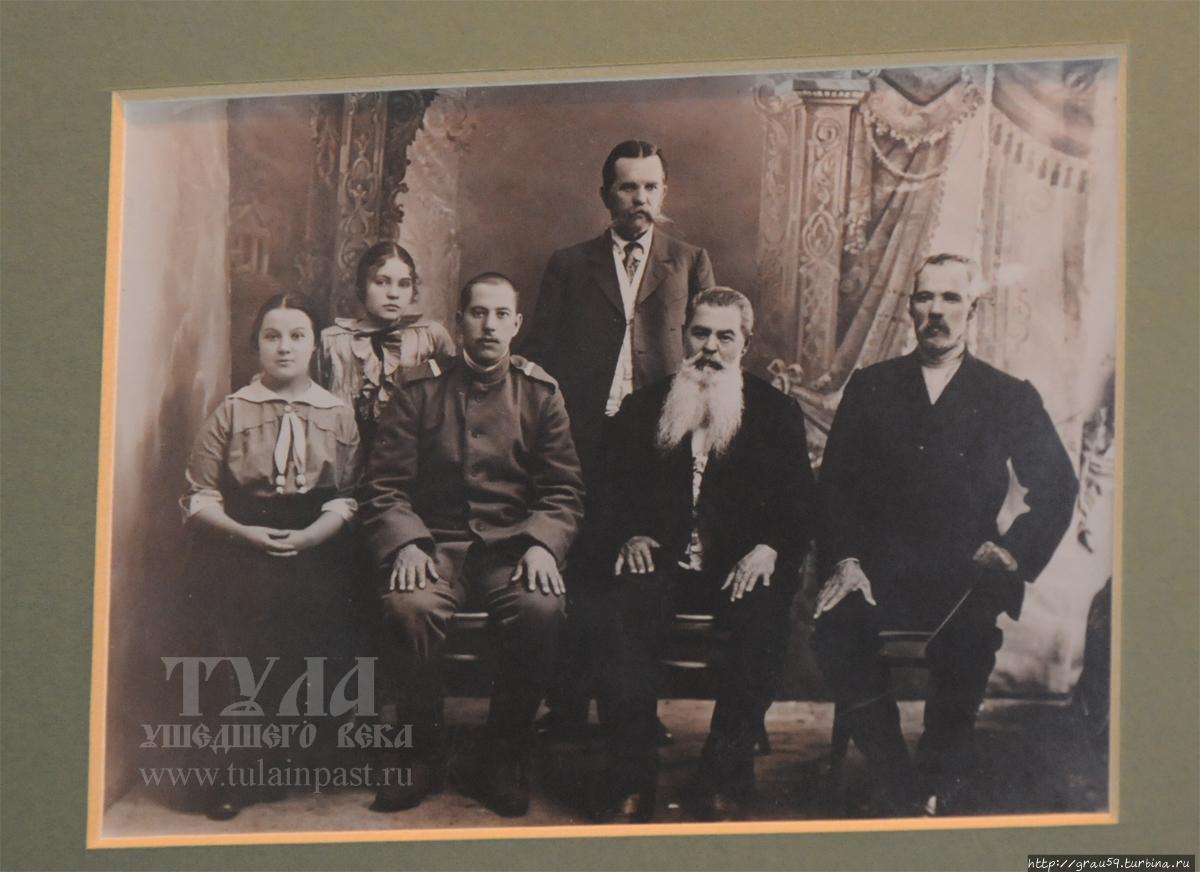 Николай Сергеевич (сидит