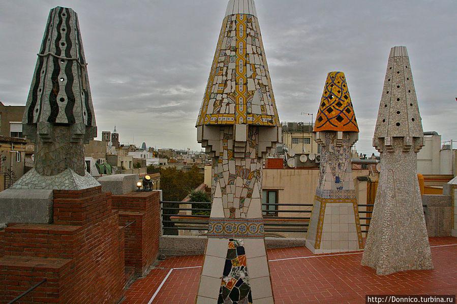 Каминных шишек на крыше много, и самых разных