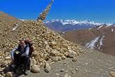 спустились/поднялись — вот очередная куча камней, означающая перевал, на этот раз Ghami Lo 3750m.