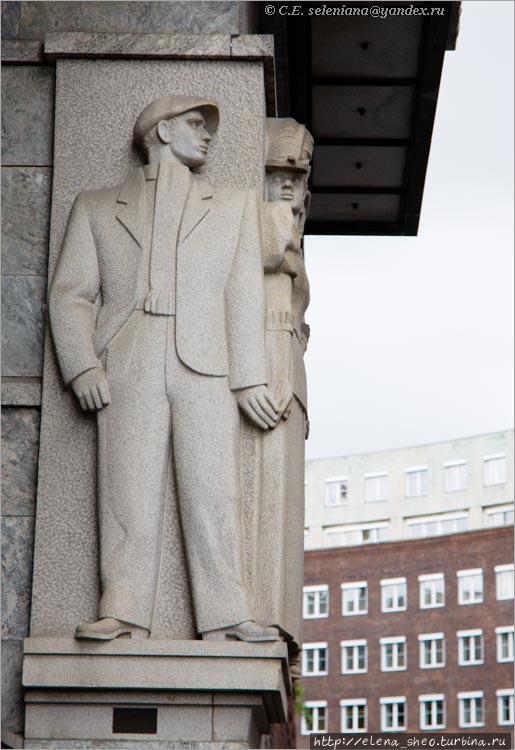 13. А с другой стороны... Если обогнуть ратушу справа, вы вдруг видите эту скульптурную композицию, но не сразу понимаете, что бы это значило. Почему эти двое как будто тайком взялись за руки?
