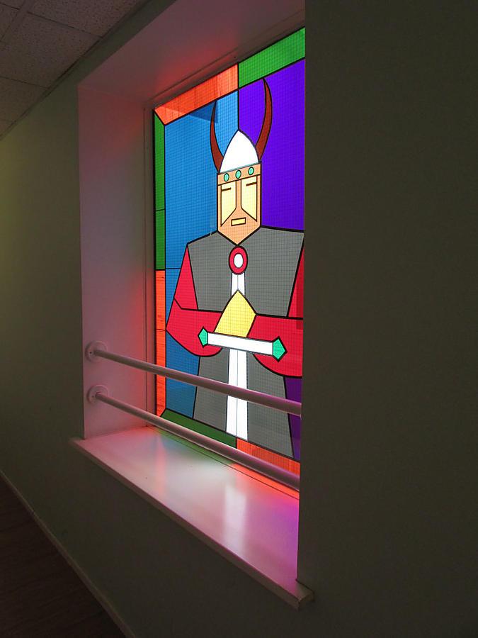 окно,выходящее внутрь здания, на столовую