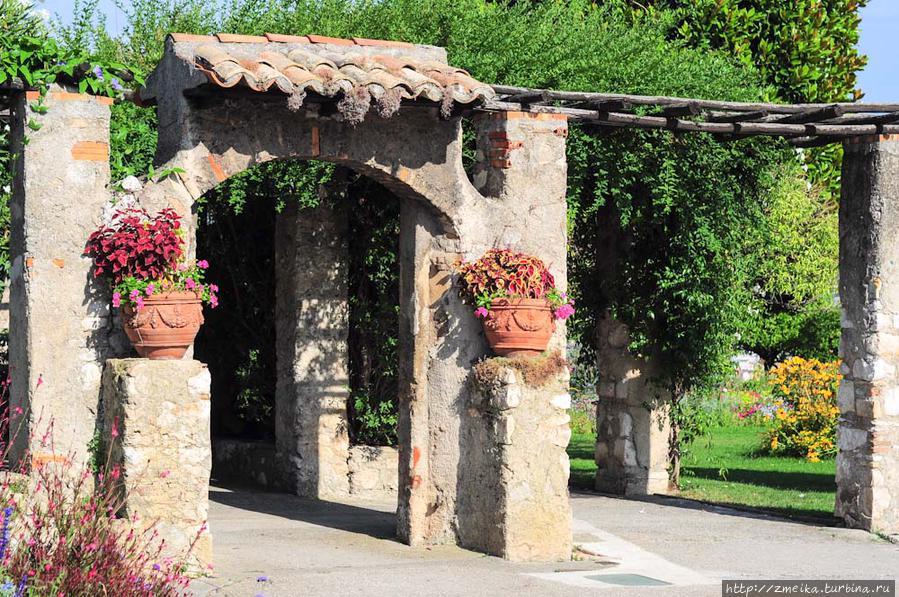 Повернув налево к обзорному краю, попадаем к красивый старинным воротам, которые там напоминают типичные итальянские.
