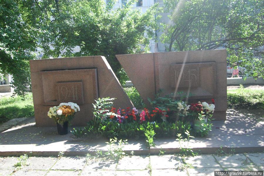 Памятник во дворе усадьбы