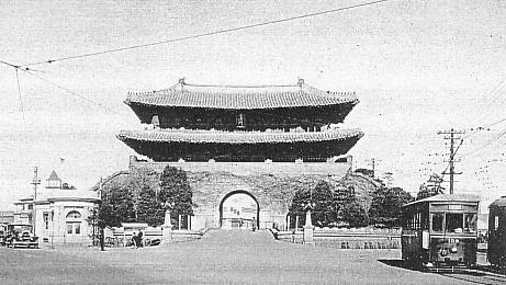 Ворота Намдэмун в годы японского правления. Википедия. Что характерно — японцы весь мусор разгребли и трамвай пустили